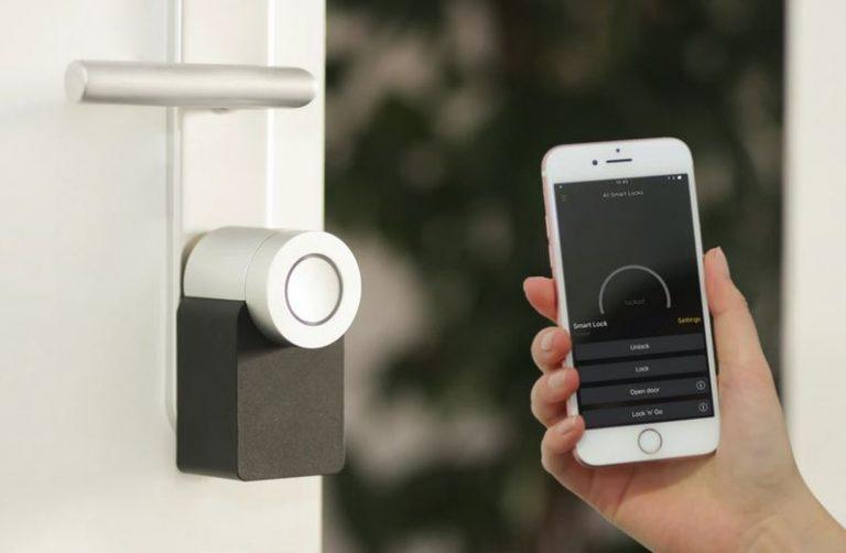une serrure connectée et contrôlable par smartphone - maison intelligente